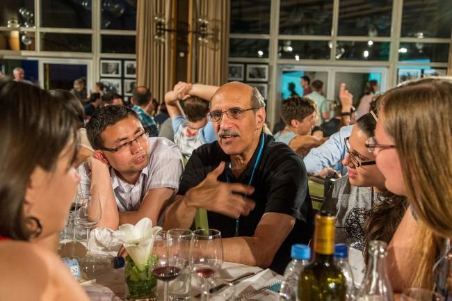 Martin Chalfie mit Nachwuchsforschern bei einer Abendveranstaltung auf dem 65. Lindauer Nobelpreisträgertreffen 2015. Foto: Ch. Flemming/LNLM