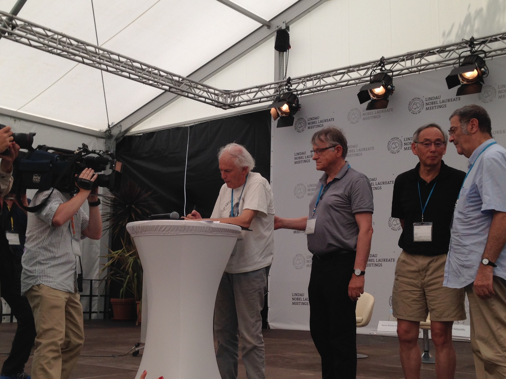 The Nobel Laureates on stage signing the Mainau Declaration 2015 (Harry Kroto). Photo: L. Wang