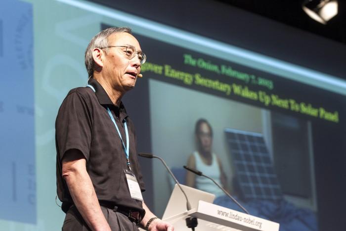 Steven Chu während seines Vortrags 2013 in Lindau: im Hintergrund eine Fotomontage aus dem Satiremagazin The Onion, das ihm unterstellte, er sei nach einer durchzechten Nacht neben einem Solarmodul aufgewacht. Chu, damals noch im Amt, reagierte verschmitzt, dass es