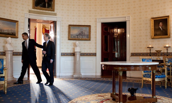 Präsident Obama und sein Minister Steven Chu durchqueren den Blue Room des Weißen Hauses nach der öffentlichen Ankündigung neuer Energiestandards 2009. Chu war derjenige US-Energieminister, der am längsten in diesem Amt blieb, nämllich eine volle präsidiale Amtszeit. Foto:  Pete Souza, White House photographer, Public Domain