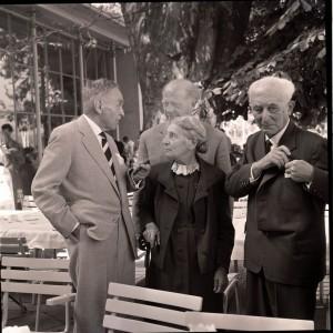 Im Alter scheint die langjährige Verbundenheit aus der Zeit des gemeinsamen Forschens überwogen zu haben: Lise Meitner und Otto Hahn 1962 in Lindau; mit im Bild: Werner Heisenberg und Max Born