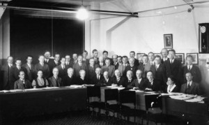 Siebte Solvay-Konferenz in Brüssel, Oktober1933, Irène Joliot-Curie und Marie Curie sitzen links in der vorderen Reihe, Lise Meitner sitzt rechts vorne, Foto: Gemeinfrei