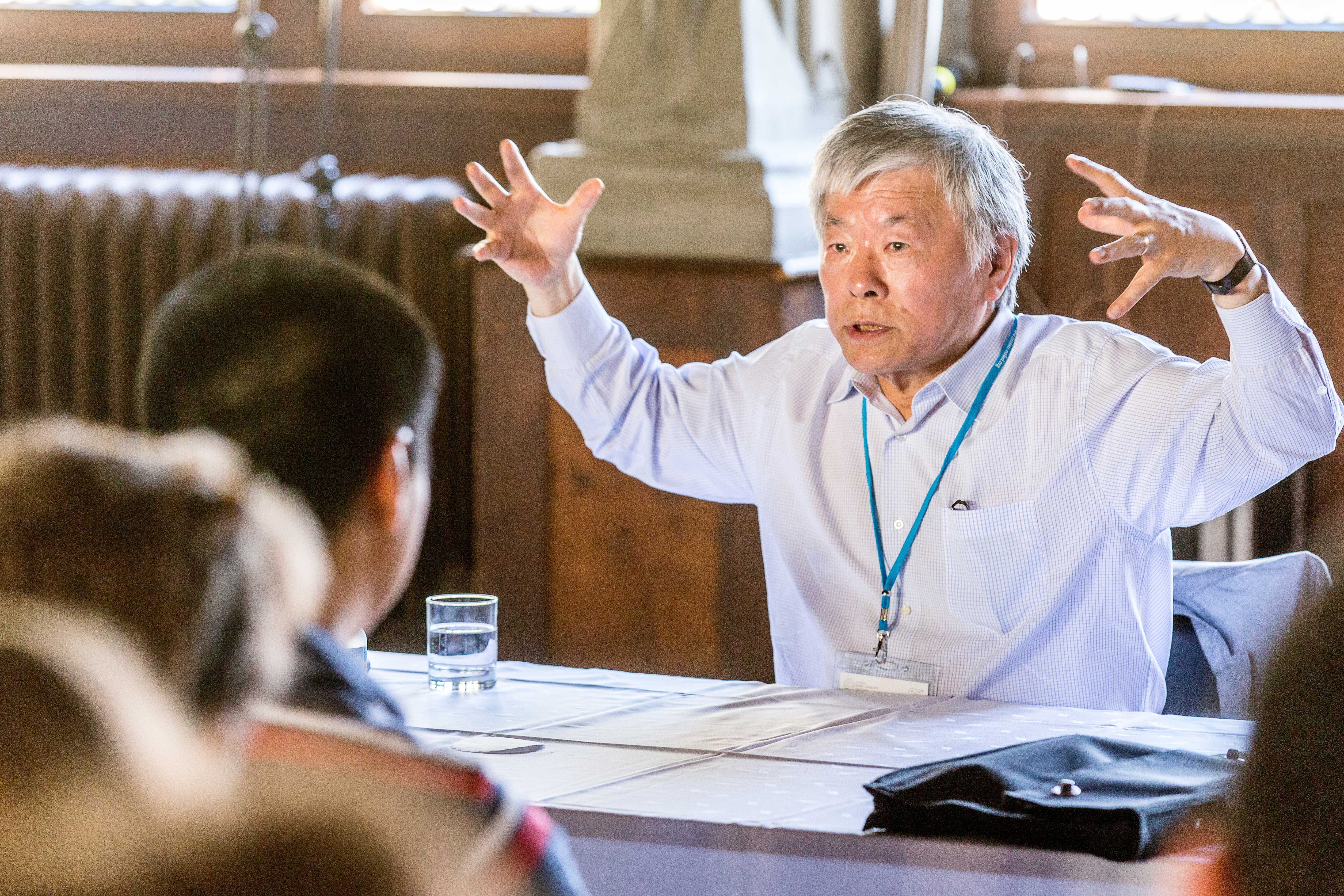 Susumu Tonegawa 2015 in Lindau bei einer Diskussionsrunde mit jungen Wissenschaftlern. Foto: Ch. Flemming/Lindau Nobel Laureate Meetings.