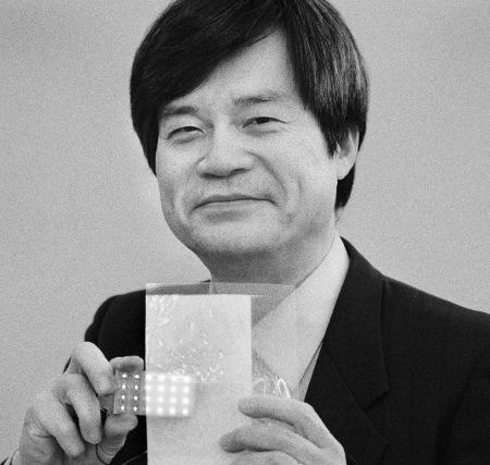 Hiroshi Amano mit weißen LEDs, die im Grunde aus einer Mischung blauer, roter und grüner LEDs zusammengesetzt sind. Amano studierte und promovierte in Nagoya, heute ist er dort Professor und Chef eines eigenen Labors. Foto: Peter Badge/LNLM