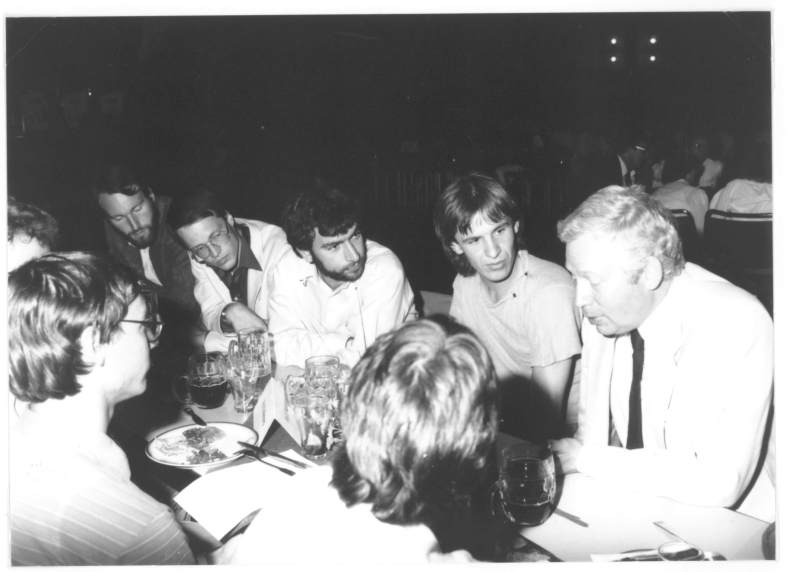 Steven Weinberg (right) with students at the Lindau Meeting in 1982. Photo: Archive Böcher/Lindau Nobel Laureate Meetings