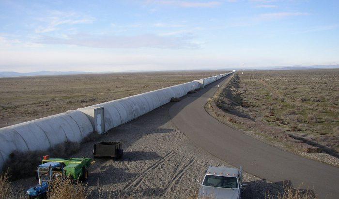 Der nördliche Arm des LIGO-Interferometers in Hanford, US-Bundesstaat Washington: zwei 4 km Laserstrahlen werden in diesen Röhren durch ein Vakuum-System geleitet. Ein zweites, identisches Interferometer wurde in Livingston, Louisiana errichtet. Beide konnten die GW150914 am 14. September 2015 messen. Foto: Umptanum, public domain