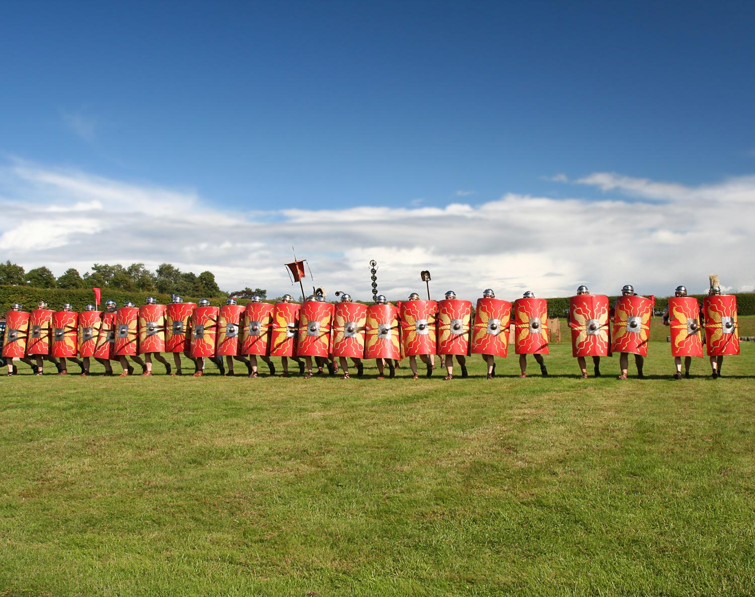 Fig 3. Partially coherent Roman legionaries, following different orders: while at the left of the image the Roman legionaires are tightly packed, the ones at the right seem to have orders of forming groups of two. Photo: iStock.com/Sue Colvil