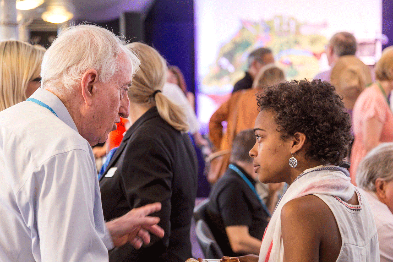 Nobel Laureate Peter Doherty giving advice to young scientist Julia Nepper at the 65th Lindau Nobel Laureate Meeting.