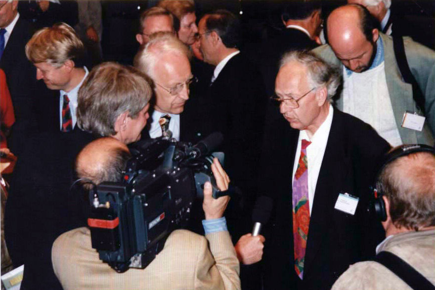 Reinhard selten talking to then Bavarian prime minister Edmund Stoiber at the 1997 Lindau Meeting. Photo: Annette Jacobs