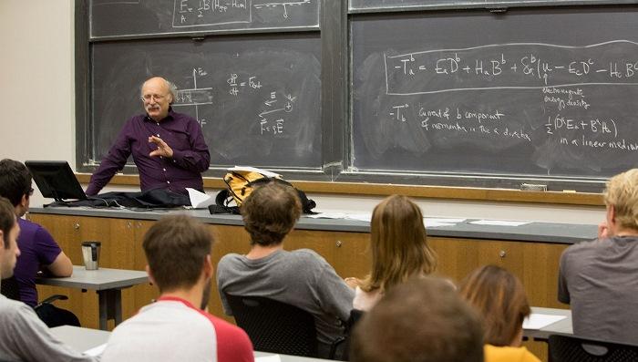 F. Duncan M. Haldane hält am 4. Oktober 2016 ganz normal seine Vorlesungen: der Tag, an dem er erfuhr, dass er ein Nobelpreisträger ist. Er und seine beiden Mit-Preisträger wurden für die Theorie topologischer Phasenübergänge ausgezeichnet. Foto: Princeton University