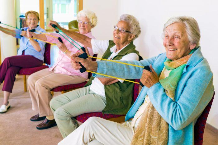Bewegung und Sport sind unverzichtbar, wenn man gesund alt werden möchte. Ferner ist es wichtig, sein Gewicht zu halten, wenig Zucker und rotes Fleisch, dafür aber viele Ballaststoffe zu essen, wie sie in Rohkost, Obst, Gemüse und Vollkornprodukten enthalten sind. Und man sollte häufig andere Menschen treffen, Spaß haben und Spiele Speilen - um eine beginnende Demenz im Zaum zu halten. Foto: iStock.com/Horsche