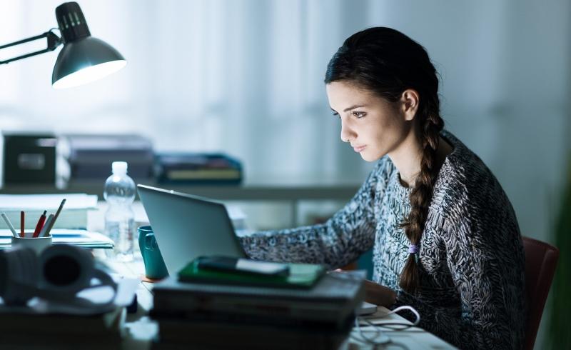 Bereits über drei Millionen Studenten sind in den USA in Online-Programme der traditionellen Universitäten und Colleges eingeschrieben, neue Anbieter nicht mitgezählt. Alleine zuhause lernen macht vielleicht weniger Spaß, ist aber in Zeiten des lebenslangen Lernens oft unvermeidbar. Foto: iStock.com/demaerre