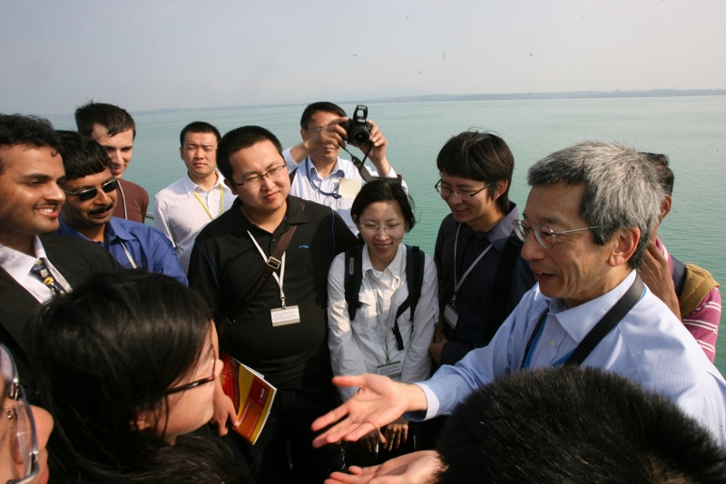 Roger Tsien with young scientists on the annual boat trip to Mainau island on the last day of the 2009 Lindau Nobel Laureate Meeting, dedicated to chemistry. Photo: Christian Flemming