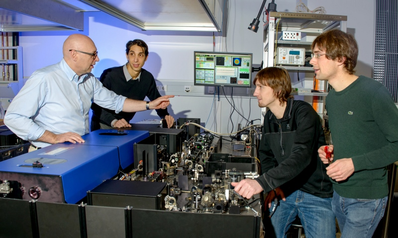 Stefan Hell mit den drei Erstautoren der MINFLUX-Studie an ihrem Mikroskop (von links): Dr. Francisco Balzarotti, Yvan Eilers und Klaus Gwosch. Foto: Irene Böttcher-Gajewski, Max-Planck-Institut für biophysikalische Chemie