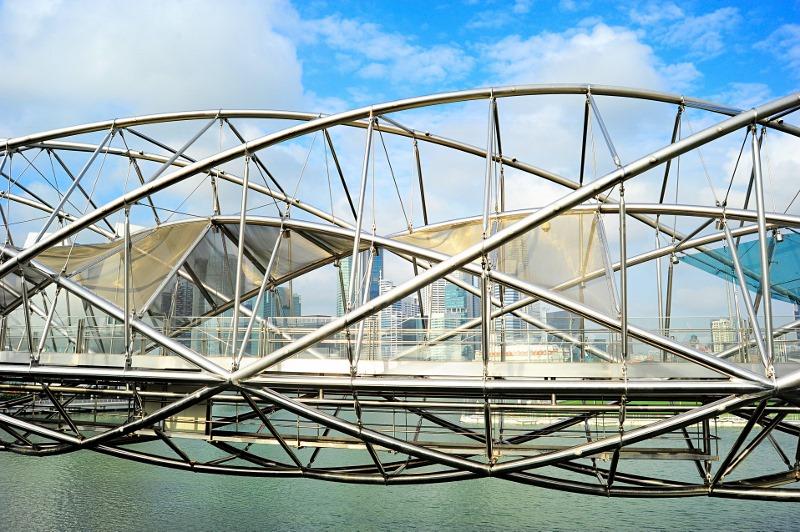 Die Helix-Brücke in Singapur. Ihr Design wurde von der DNA-Doppelhelix inspiriert. Das sieht man besonders gut bei Nacht, wenn die vier Buchstaben G, C, A und T in verschiedenen Farben leuchten. Sie stehen für Cytosin, Guanin, Adenin und Thymin, die vier Grundbausteine der DNA. Foto: joyt/iStock.com