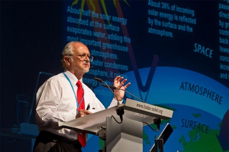 Mario Molina während seines Lindau-Vortrags über Klimawandel 2012. Molina studierte zuerst an der Universität UNAM, nach Auslandsstudien wurde er dort Hochschulassistent. Seit 2004 unterrichtet er an der University of California in San Diego, zuvor forschte er an der UC in Irvine, am Jet Propulsion Laboratory der NASA, sowie am MIT. In Mexico City hat er ein Institut zur Erforschung der Umwelt und der Energieversorgung gegründet. Foto: