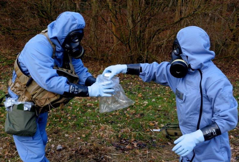 Die OPCW führt Inspektionen durch, nimmt Proben und macht Analysen vor Ort und im Labor. Bei der Vernichtung von Kampfstoffen helfen die Mitgliedstaaten und Spezialfirmen. Hier eine OPCW-Übung im März 2017. Foto: OPCW , CC BY-NC 2.0