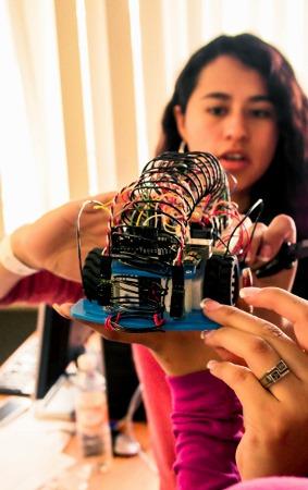 Ingenieursstudenten von UNAM bauen einen mobilen Roboter. UNAM, die Nationale Autonome Universität Mexikos, ist eine der größten und prestigeträchtigsten Hochschulen des Landes. Foto: PumitasUNAM, CC BY-SA 4.0