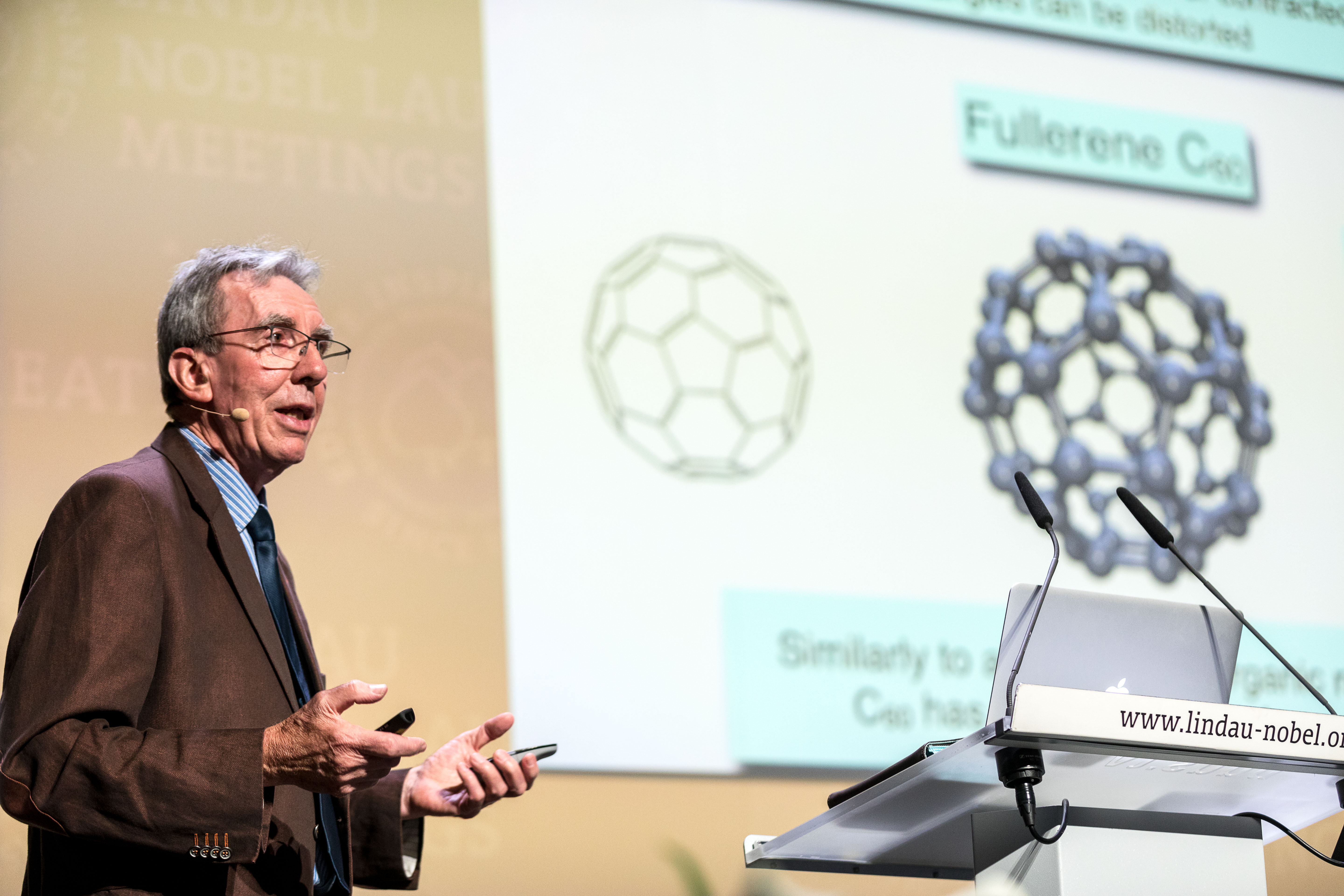 Jean-Pierre Sauvage during his lecture at the 67th Lindau Meeting, Picture/Credit: Christian Flemming/Lindau Nobel Laureate Meetings