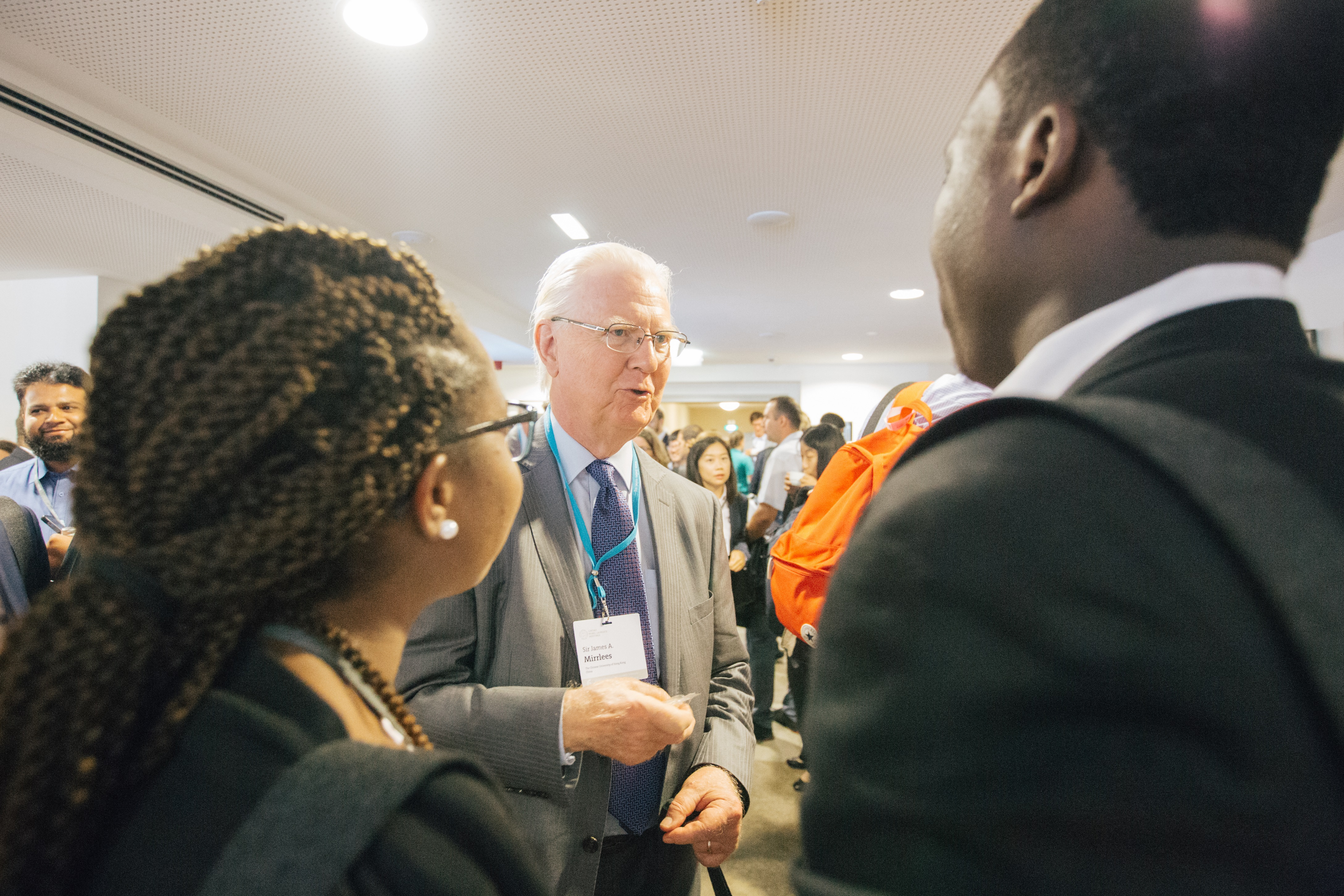 Sir James Mirrlees talking to young economists after his lecture at the 6th Lindau Meeting on Economic Sciences. Picture/Credit: Julia Nimke/Lindau Nobel Laureate Meetings