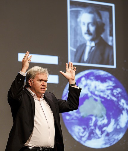 Nobelpreisträger Brian Schmidt erklärt Einsteins Allgemeine Relativitätstheorie auf der Lindauer Noblepreisträgertagung 2014. In dieser Theorie sagte Einstein Gravitationswellen voraus, ging jedoch davon aus, dass diese niemals gemessen werden könnten. Genau hundert Jahre nach Veröffentlichung seiner Theorie gelang nun ihre Messung an den LIGO-Instrumenten. Lindau Nobel Laureate Meeting/Rolf Schultes