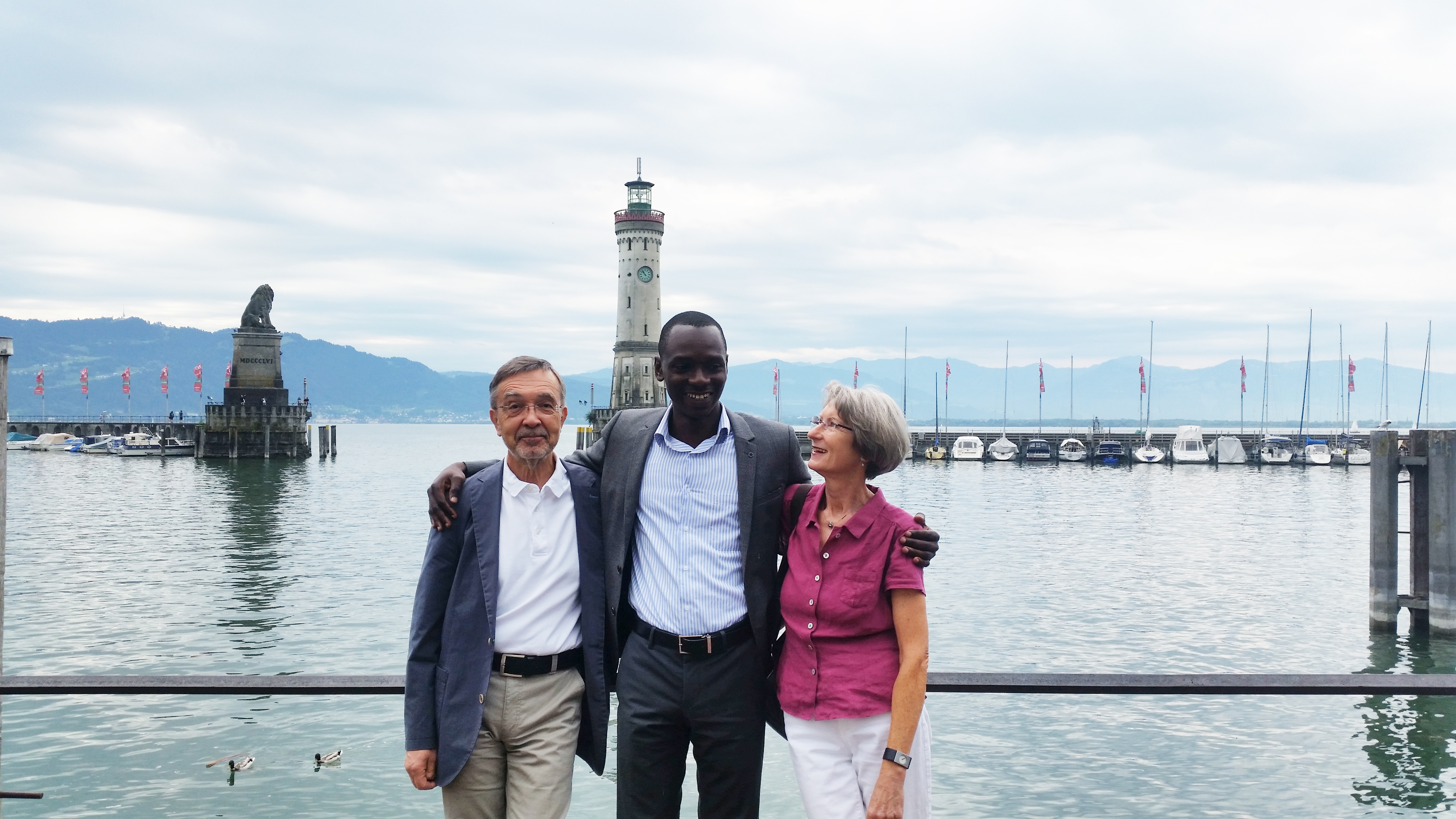 Elom Aglago und seine Gastfamilie in Lindau. Credit: Christoph Schumacher/Lindau Nobel Laureate Meetings