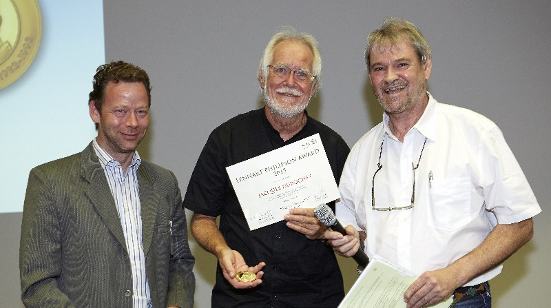Der Biophysiker Jacques Dubochet (Mitte) mit Gábor Lamm (links) und Gareth Griffiths bei der Verleihung des Lennart Philipson Award 2015 am EMBL in Heidelberg. Foto: EMBL Alumni Association
