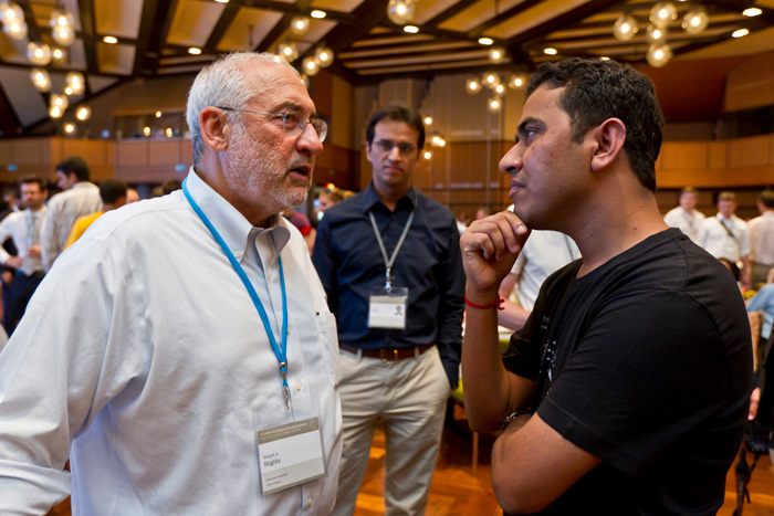 Joseph Stiglitz talking woth a Young Economist at the 2011 Lindau Meeting on Economic Sciences. Photo: C. Flemming/Lindau Nobel Laureate Meetings