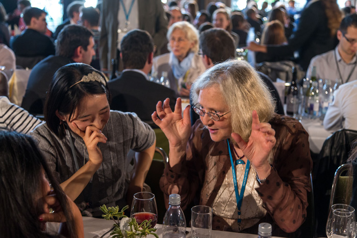 Medicine Nobel Laureate Elizabeth Blackburn explaining her Research to a Young Scientist. Photo: C. Flemming/Lindau Nobel Laureate Meetings