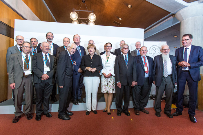 Federal Chancellor Angela Merkel together with the Nobel Economists. Photo: R.Schultes/Lindau Nobel Laureate Meetings.
