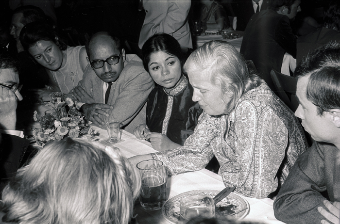 Hodgkin talking to young scientists (1970). Photo: Archiv Dettmann/Lindau Nobel Laureate Meetings