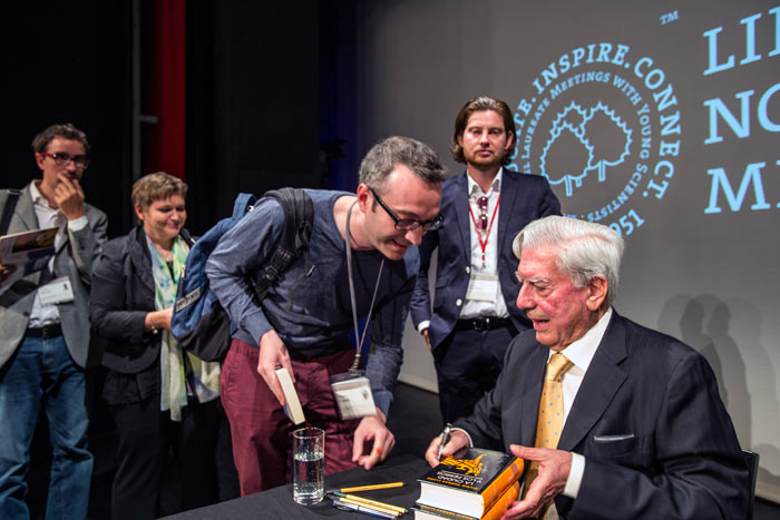 After his presentation Mario Vargas Llosa was happy to sign some books and have a talk with his listeners. Photo: C.Flemming/Lindau Nobel Laureate Meetings.