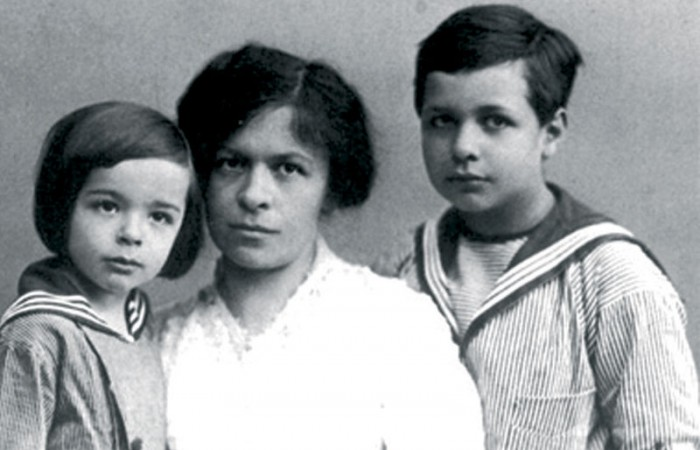 Mileva Einstein with her two sons Hans Albert (right) and Eduard in 1914. She received the Nobel prize money but spent it all on the care of her younger son who suffered from schizophrenia. The older became a professor for hydraulics at the University of California in Berkeley. Photo: