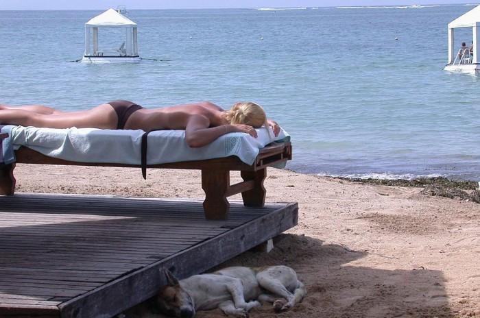 Wegen des antarktischen Ozonlochs und der daraus resulierenden hohen Hautkrebsrate ist der australische Standard für Sonnencremes der strengste der Welt. Hier eine Sonnenbadende am Strand von Sanur auf Bali, einem beliebten Urlaubsziel von Australiern. Foto: Olnnu, Creative Commons License 3.0