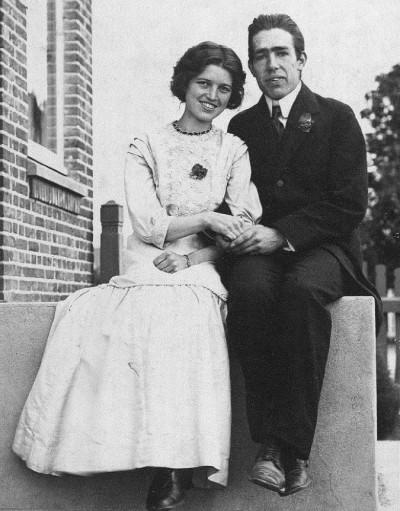 Niels Bohr mit seiner Verlboten Margarethe Nørlund 1910. In dem Theaterstück
