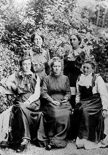 Marie Curie mit vier ihrer Studentinnen (zw. 1910 und 1915). Quelle: Library of Congress, Fotograf unbekannt