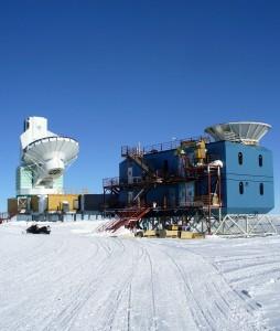 Zwei Teleskope der Amundsen-Scott Südpolstation: rechts das BICEP2-Teleskop, daneben das