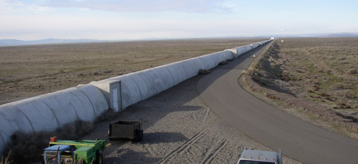 "Nördlicher Arm des LIGO-Interferometers in Hanford, Washington. LIGO steht für ""Laser Interferometer Gravitational-Wave Observatory"". Das dortige Instrument hat zwei"