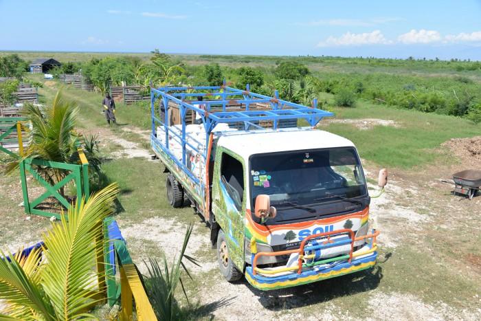 Ein sogenanntes Poopmobil holt volle Kotbehälter ab und bringt sie zu einer zentralen Kompostieranlage in Port-au-Prince, Haiti. Nach der Erdbeben- und Cholera-Katastrophe hat die amerikanische Entwicklungsorganisation diese Toiletten auf Haiti eingeführt, weil sie hygienisch und technisch einfach sind. Foto: Gruster, Creative Commons Attribution-Share Alike 4.0 International license