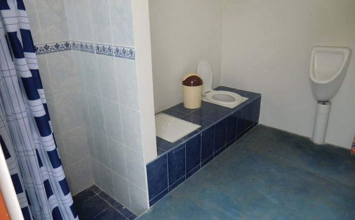 Sewer-less bathrooms don't have to look primitive: shower, double-vault dry toilet and waterless urinal in Lima, Peru. The double vailt allows the faecal matter to dry while the second pail is used. Photo: Heike Hoffmann, Rotaria, Creative Commons Attribution 2.0 Generic license