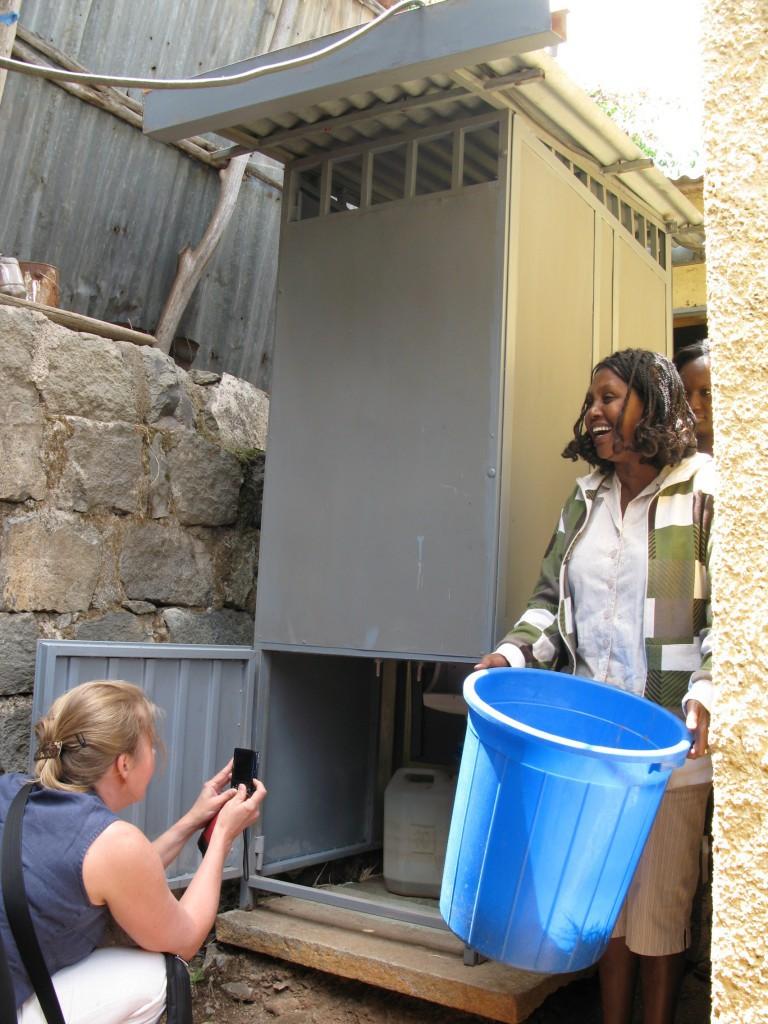 Ein Privathaushalt in Addis Abeba bekommt einen neuen leeren Kotbehälter für eine einfache, preiswerte UDDT-Lösung. Foto: SuSanA, Creative Commons Attribution 2.0 Generic license