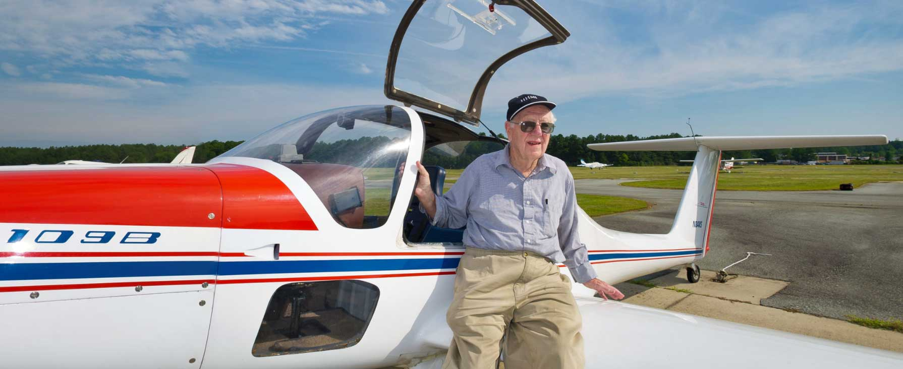 Hobby pilot Oliver Smithies in front of his airplane (Screenshot from his Nobel Lab 360°).
