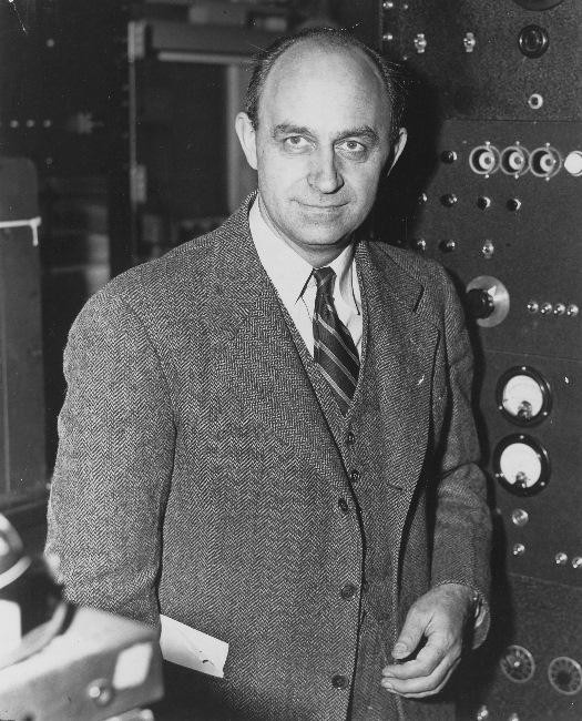 Enrico Fermi in den 1940er Jahren in den USA. Er hatte seinen Universitätsabschluss 'laurea', das war der höchste akademische Abschluss in Italien zu seiner Zeit, bereits mit 20 Jahren geschafft, mit 37 folgte der Nobelpreis für Physik. Foto: US Department of Energy, public domain