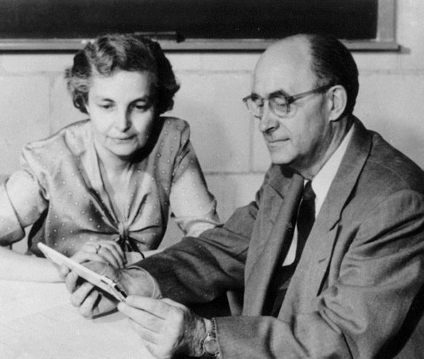 Laura und Enrico Fermi im Jahr 1954, er starb am Jahresende an Magenkrebs. Das Paar hatte zwei Kinder, einen Sohn und eine Tochter. Nach dem Tod ihres Mann arbeitete seine Frau als Autorin und engagierte sich als Friedensaktivistin. Foto: Fotograf unbekannt, Copyright: Mondadori Publishers, public domain