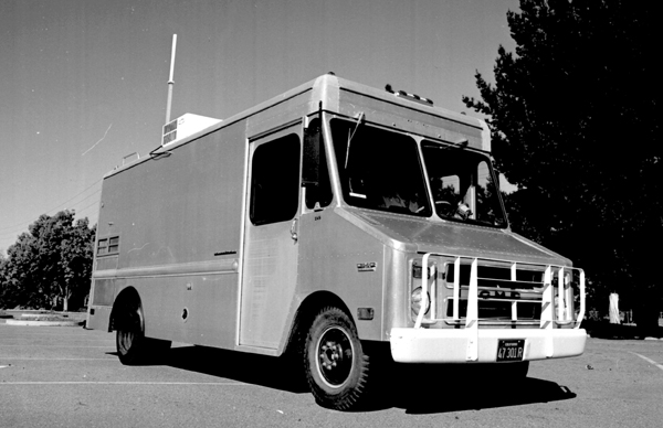 Der Lastwagen des großen Drei-Netzwerke-Experiments im Jahr 1977: ein 'Packet Radio Van' des Stanford Research Institutes. Vinton Cerf war bis 1976 Assistant Professor in Stanford gewesen, 1977 arbeitete er für DARPA. Foto: SRI International, CC BY-SA 3.0.