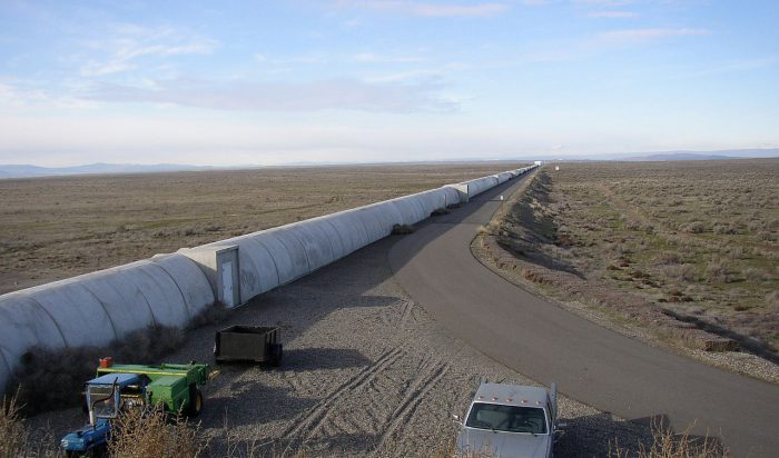 Der nördliche Arm des LIGO-Interferometers in Hanford, US-Bundesstaat Washington: zwei 4 km Laserstrahlen werden in diesen Röhren durch ein Vakuum-System geleitet. Ein zweites, identisches Interferometer wurde in Livingston, Louisiana errichtet. Beide konnten die GW150914 am 14. September 2015 messen. Foto: Umptanum, public domain