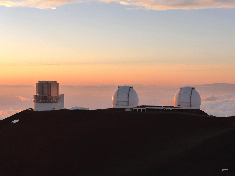 Der Vulkan Mauna Kea in Hawaii. Rechts: die beiden keck teleskope, links das Subaru Teleskop. Foto: Anna-Christina Eilers.