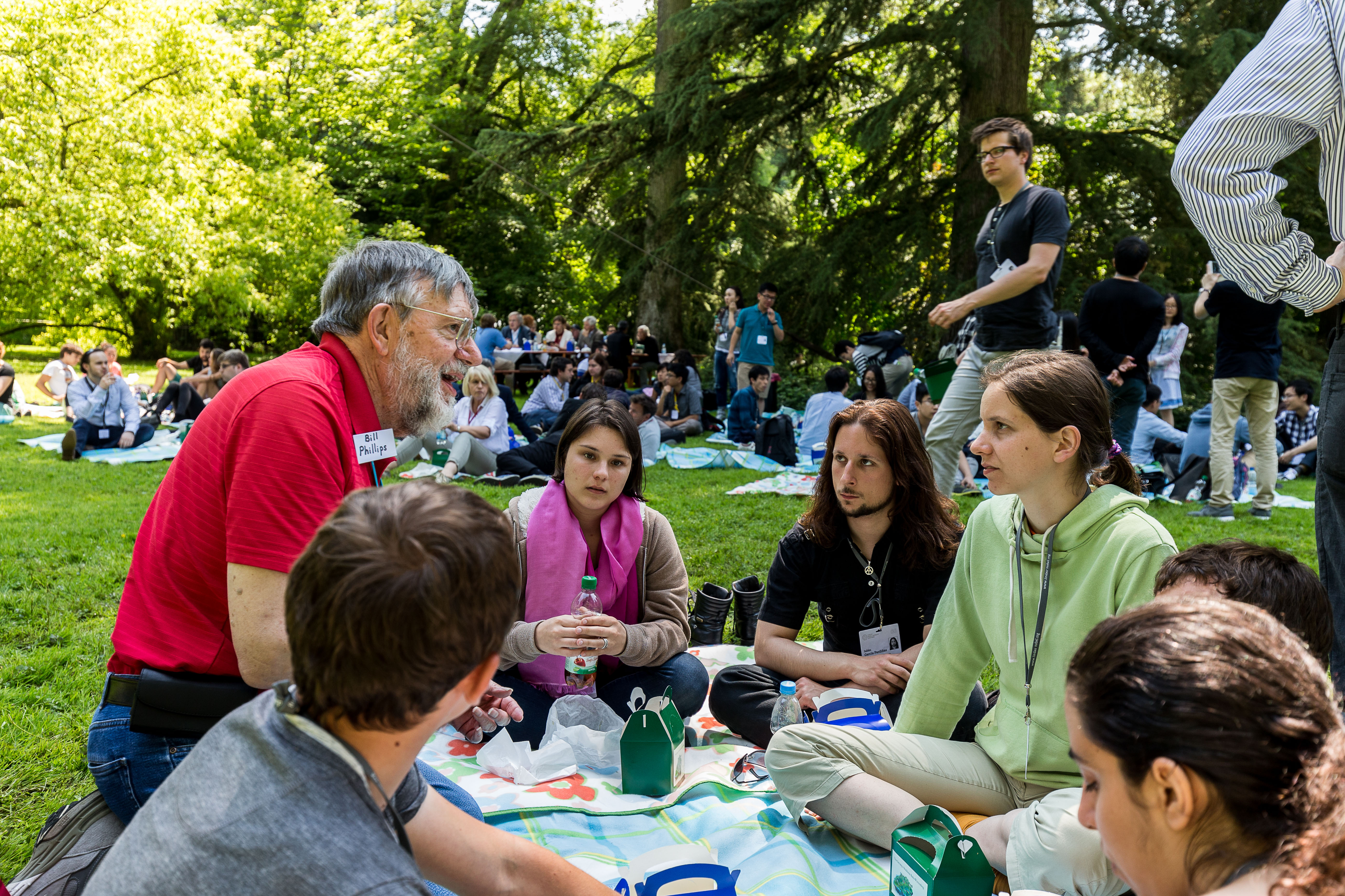 Nobel Laureate Bill Phillips with young scientists during the picnic on Mainau Island. Picture/Credit: Christian Flemming/Lindau Nobel Laureate Meeting