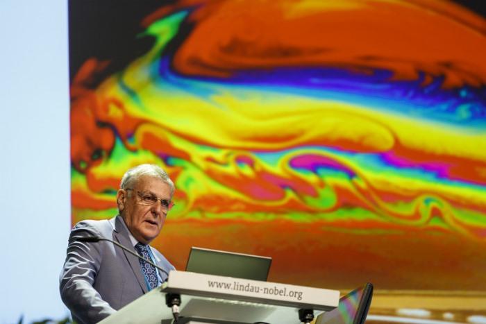 Dan Shechtman während seines Lindau-Vortrags 2016: Über die Schönheit und Wissenschaft der Seifenblasen. Sehen Sie den ganzen Vortrag hier. Photo: Rolf Schultes/Lindau Nobel Laureate Meetings
