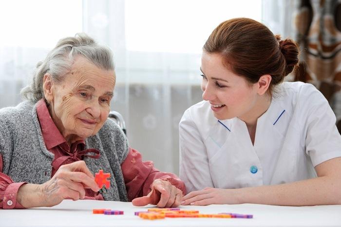 Die Pflege von Demenzpatienten ist sehr aufwändig, egal ob zuhause oder in einem Pflegeheim. Heute haben im Schnitt zwei Drittel aller Pflegeheimbewohner eine Demenzerkrankung wie Alzheimer. Foto: iStock.com/AlexRaths